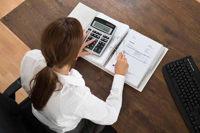 Buchhaltung - Frau mit Ordner und Rechner