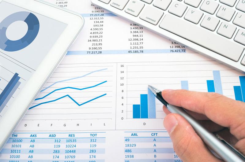 Kaufmännische Dienstleistungen - Tastatur, Tabellen auf Papier und Tablet