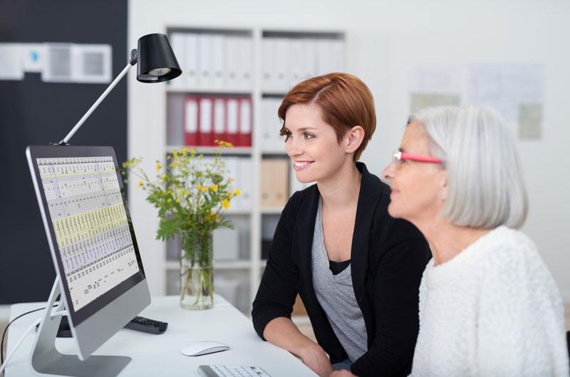Schulungen und Nachhilfe - Frauen mit Blick in Computer Monitor